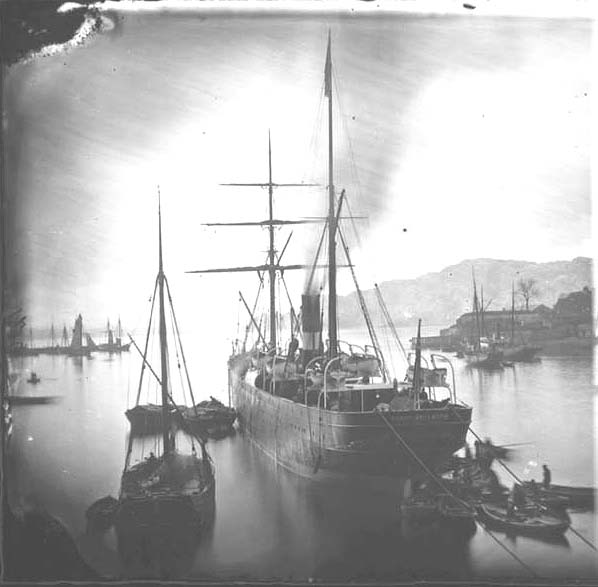 A steamer in Vågen in Bergen before she sails to New York City, New York. Norwegian National Archives.